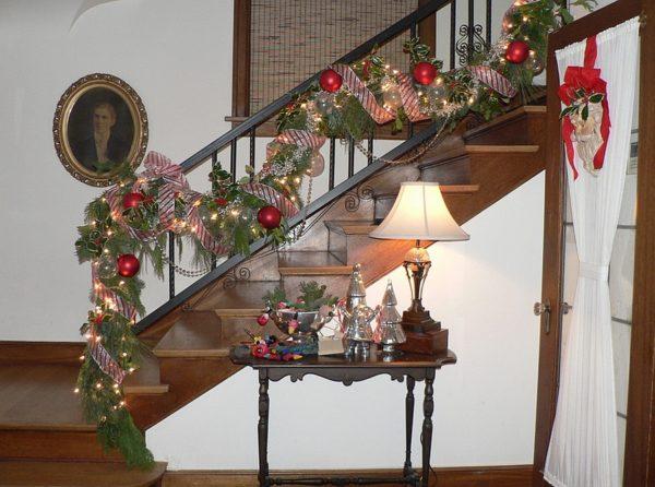 christmas-staircase-decor